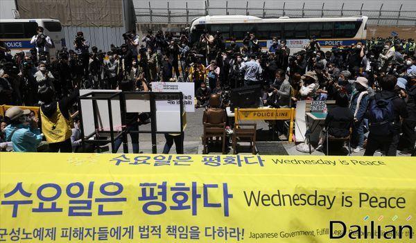 지난 13일 오후 서울 종로구 일본대사관 앞에서 정의기억연대 후원금 회계 논란 후 첫 수요집회가 열리고 있다. ⓒ데일리안 홍금표 기자