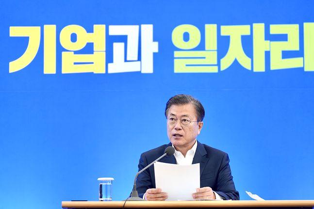 문재인 대통령이 21일 서울 강남구 삼성동 한국무역협회에서 열린 위기극복을 위한 산업계 간담회에서 모두발언을 하고 있다. ⓒ청와대
