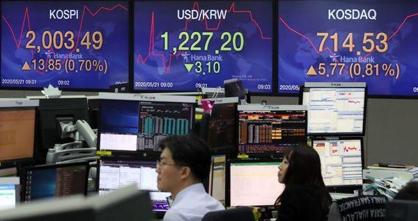 코스피가 전장 대비 13.56pt(0.68%) 오른 2003.20에 출발한 21일 오전 서울 중구 하나은행 딜링룸에 지수가 표시되고 있다. ⓒ뉴시스