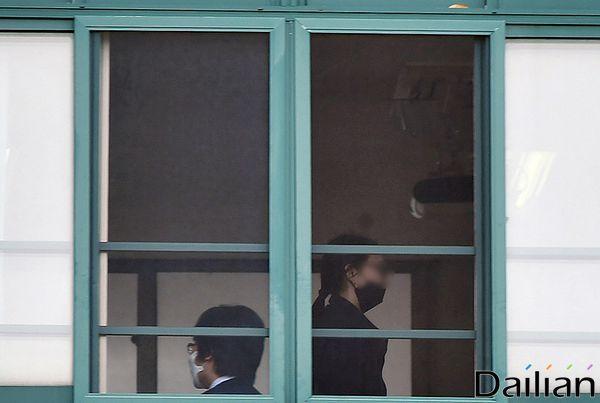 코로나19로 미뤄진 등교 개학이 시작된 20일 오전 서울 송파구 창덕여자고등학교에서 고3 학생들이 등교 후 수업 준비를 하고 있다. ⓒ데일리안 류영주 기자