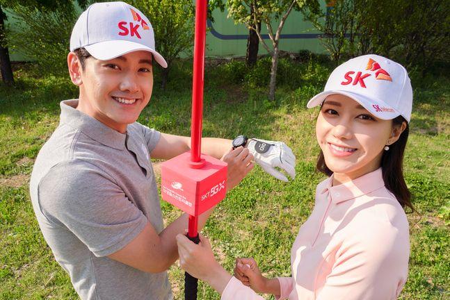 SK텔레콤 모델들이 ICT 골프 디바이스 제조기업 브이씨와의 협업을 통해 전국 40여개 골프장에 적용한 정밀 위치 정보 제공 서비스를 이용하는 모습.ⓒSK텔레콤