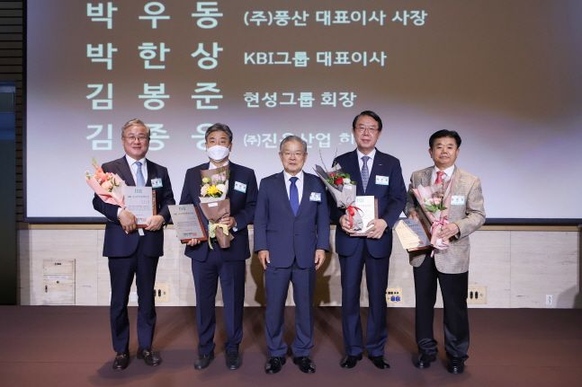 권태신 전국경제인연합회 국제경영원 원장(전경련 부회장·가운데)이 22일 서울 여의도 전경련회관 컨퍼런스센터에서 개최된
