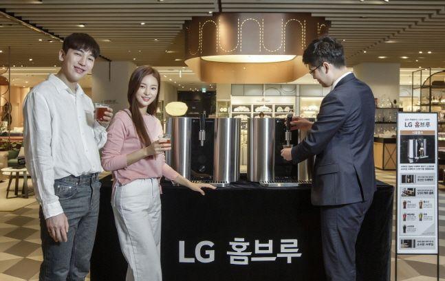 LG전자 모델들이 지난 15일 신세계백화점 명동본점에서