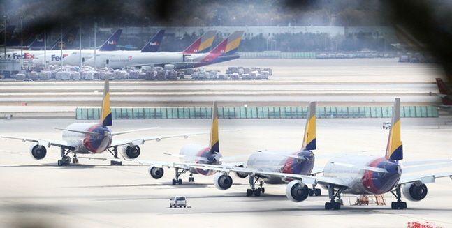 항공업계가 총체적 난국의 수렁에 빠지는 분위기다. 사진은 지난달 21일 인천국제공항 주기장에 아시아나항공 여객기들이 주기돼 있는 모습.ⓒ뉴시스