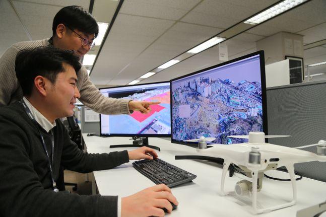 대림산업 직원이 드론으로 촬영하여 3D로 변환한 영상 데이터를 통해 현장 측량 자료를 확인하고 있다. ⓒ대림산업