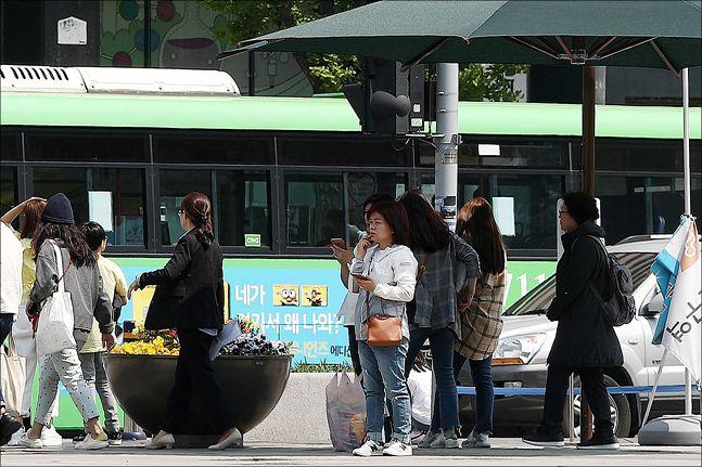 초여름날씨가 몇일째 지속되고 있는 가운데 지난 3일 오후 서울 세종대로 광화문광장에서 시민들이 그늘쉼터에서 더위를 피하고 있다. ⓒ데일리안 홍금표 기자