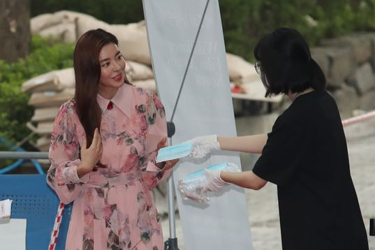 22일 오후 서울 중구 문학의집에서 열린 제7회 들꽃영화상에 배우 김규리가 참석해 마스크를 받고 있다. ⓒ데일리안 류영주 기자