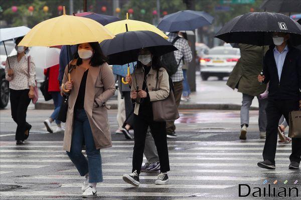 일요일인 24일은 전국이 대체로 흐리고 중부지방과 전라도, 경북 내륙 등에 새벽부터 낮 사이 비가 내리겠다. ⓒ데일리안 홍금표 기자