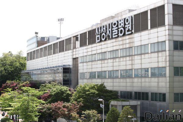 삼성서울병원 간호사 4명이 코로나19 확진 판정을 받은 가운데 20일 오전 서울 강남구 삼성서울병원 내 선별진료소에서 의료진이 분주하게 일하고 있다. ⓒ데일리안 류영주 기자