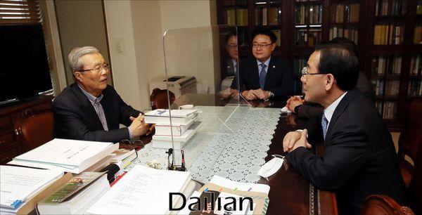 주호영 미래통합당 원내대표가 22일 오후 서울 종로구 대한발전전략연구소에서 김종인 미래통합당 비대위원장 내정자를 만나 대화를 하고 있다. ⓒ데일리안 홍금표 기자