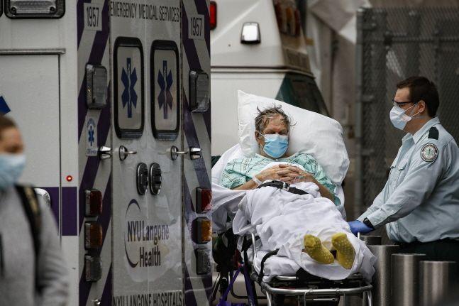 지난달 13일(현지시간) 미국 뉴욕의 뉴욕주립대학 랭건의료센터 응급실 밖에서 마스크를 착용한 의료진이 신종 코로나바이러스 환자를 돌보고 있다.(자료사진) ⓒ뉴시스
