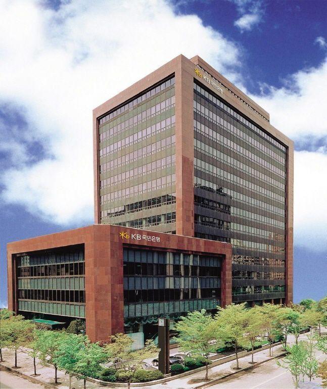 KB금융그룹이 아마존 웹서비스와 함께 금융 클라우드 이용을 위한 금융보안원의 안전성 평가를 성공적으로 완료했다.ⓒKB금융그룹