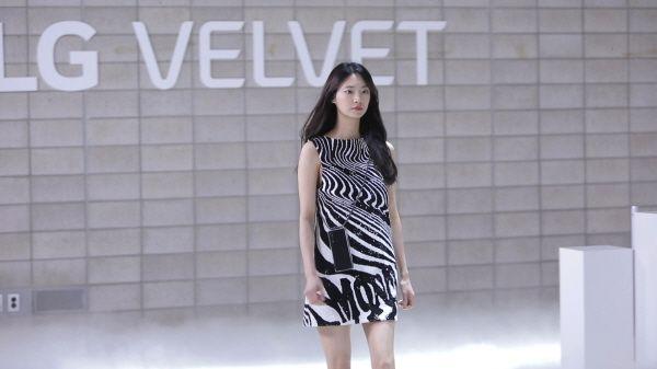 온라인 패션쇼 형식으로 공개된 LG 벨벳이 공중파 예능프로그램에서 소개됐다.ⓒLG전자