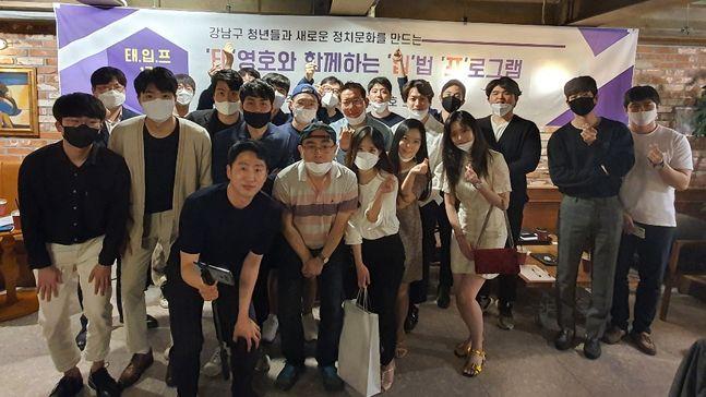 태영호 미래통합당 서울 강남갑 국회의원 당선인이 지난 23일 서울 강남구 신사동의 한 카페에서 지역구의 2030 청년들과 함께 민생입법간담회를 갖고 있다. ⓒ태영호 당선인실 제공
