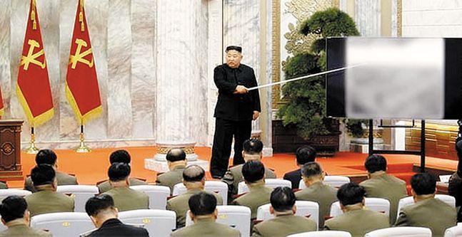 김정은 북한 국무위원장이 자신이 주재한 노동당 중앙군사위원회 제7기 제4차 확대회의에서 중앙군사위원들에게 무언가를 설명하고 있다. ⓒ노동신문