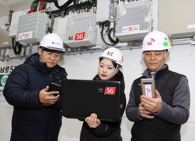 이동통신 3사(SK텔레콤·KT·LG유플러스) 네트워크 담당자들이 광주광역시 금남로5가역에서 5G 네트워크 품질을 점검하고 있다.ⓒ이동통신 3사