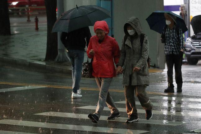 지난 18일 오후 서울 종로구의 한 거리에 시민들이 우산을 쓰고 발걸음을 옮기고 있다.ⓒ데일리안 류영주 기자