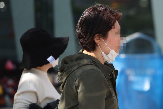 지난 6일 오후 서울 종로구 광화문광장에 시민들이 마스크를 쓴 채 발걸음을 옮기고 있다.ⓒ데일리안 류영주 기자