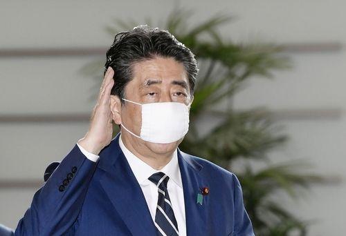 아베 신조(安倍晋三) 일본 총리가 25일 오전 마스크를 착용하고 일본 총리관저에 들어가고 있다.ⓒ연합뉴스