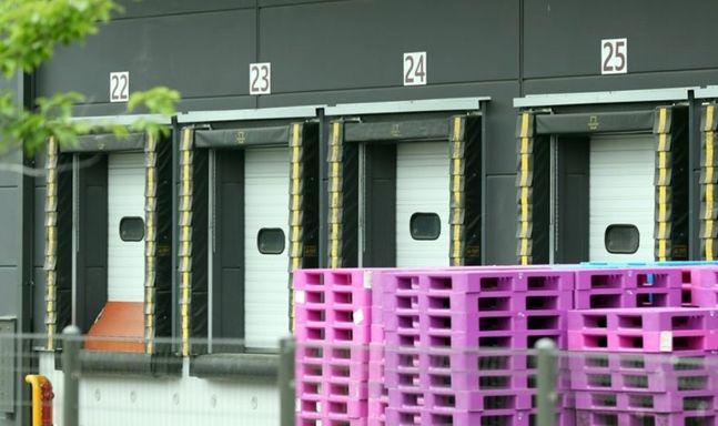 경기 부천지역에 신종 코로나바이러스 감염증(코로나19)이 확산하는 가운데 25일 오후 한 확진자가 근무한 것으로 파악된 경기도 부천시 한 물류센터 하역장 문이 닫혀 있다.ⓒ연합뉴스