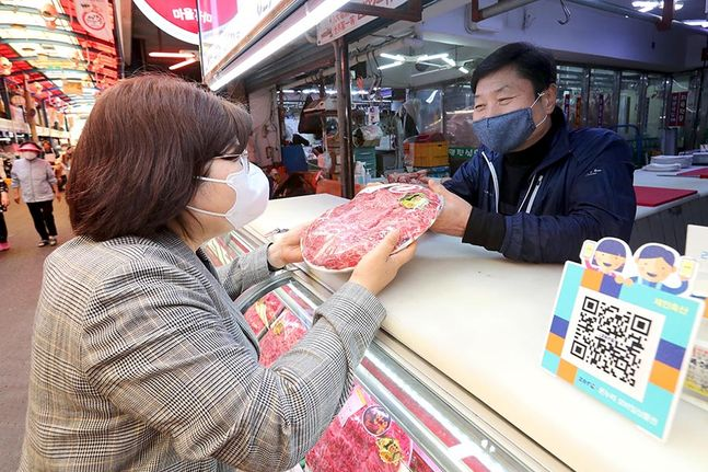 서울 성동구 마장축산물시장에서 정부긴급재난지원금으로 한우를 구입하고 있다. ⓒ뉴시스