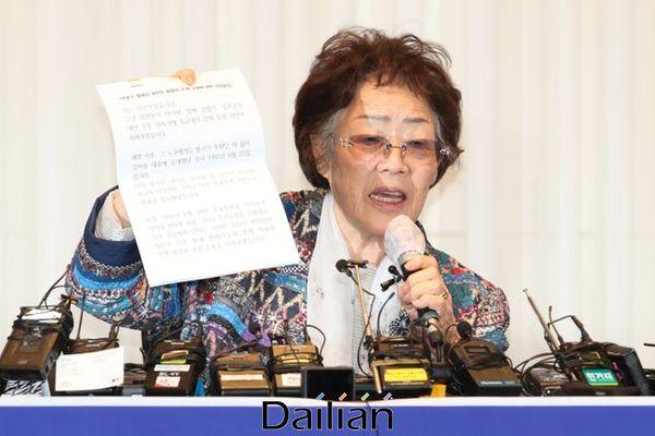 정의기억연대의 기부금 유용 등 관련 의혹을 처음 제기한 일본군 위안부 피해자 이용수 할머니가 25일 오후 대구 인터불고 호텔에서 2차 기자회견을 하고 있다. ⓒ데일리안 류영주 기자