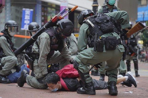 홍콩 코즈웨이베이에서 24일 중국의 국가보안법 제정에 반대하는 시위에 참가한 사람이 경찰에 체포되고 있다. ⓒAP/뉴시스