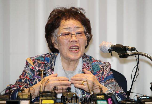 정의기억연대의 기부금 유용 등 관련 의혹을 처음 제기한 일본군 위안부 피해자 이용수 할머니가 25일 오후 대구 인터불고 호텔에서 2차 기자회견을 하고 있다.(자료사진) ⓒ데일리안 류영주 기자
