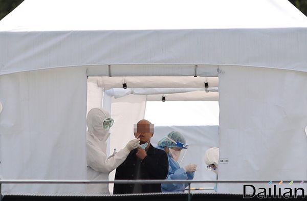 서울의 한 선별진료소에서 진단검사가 진행되고 있다(자료사진). ⓒ데일리안 류영주 기자