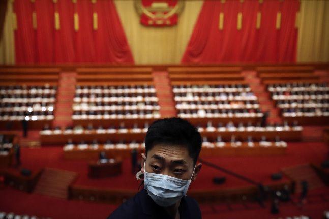 마스크를 착용한 보안 요원이 22일 전국인민대표회의(전인대)가 열린 중국 베이징 인민대회당에서 근무를 서고 있다(자료사진). ⓒ베이징=AP/뉴시스