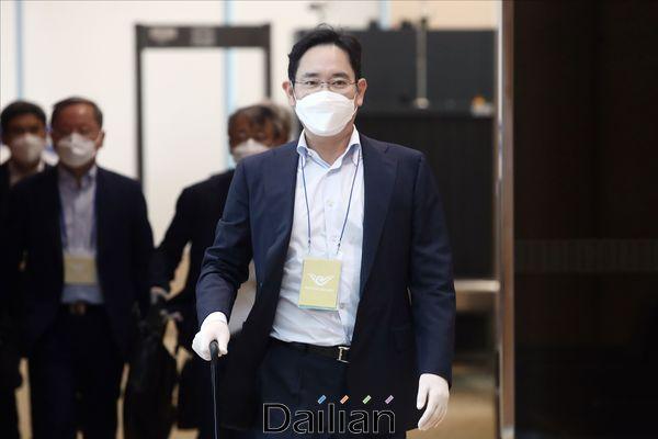 이재용 삼성전자 부회장이 지난 19일 오후 2박 3일간의 중국 출장을 마무리하고 김포공항 비즈니스센터 입국장에 들어서고 있다.ⓒ데일리안 홍금표 기자