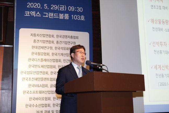 정석주 한국조선해양플랜트협회 상무가 29일 코엑스에서 열린 제3차 산업 발전포럼에서 조선 부문 발표를 하고 있다.ⓒ자동차산업협회