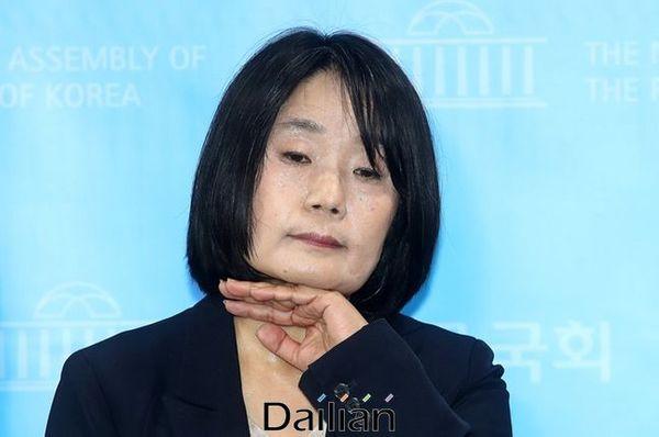 윤미향 민주당 당선자가 기자회견 중 턱을 만지고 있다. ⓒ데일리안 박항구 기자
