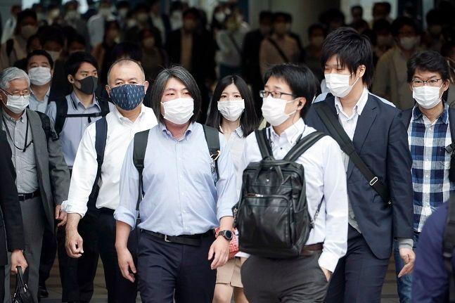 일본 도쿄의 한 지하철 역이 출근하는 시민들로 붐비고 있다.ⓒ뉴시스