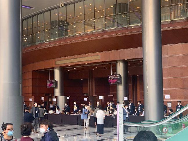 30일 코엑스 그랜드볼룸에서 반포3주구 재건축 조합 시공사 선정총회가 열리고 있다. ⓒ김희정 기자