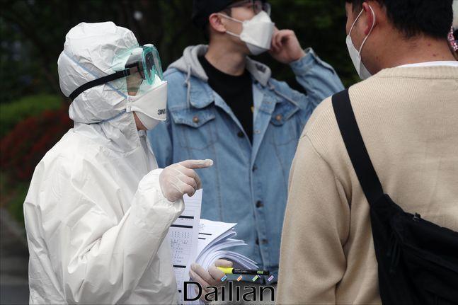 중앙방역대책본부는 31일 0시 기준 코로나19 신규 확진자가 27명 늘어 누적 확진자는 1만1468명이라고 밝혔다.(자료사진) ⓒ데일리안 홍금표 기자