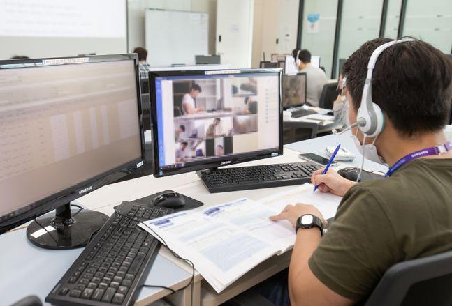 31일 경기도 화성시 삼성전자 사업장에서 GSAT 감독관들이 실시간으로 원격 감독하고 있다. ⓒ삼성