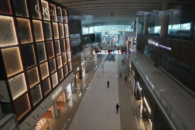 인천국제공항 제2여객터미널 면세점이 신종 코로나바이러스 감염증(코로나19)의 영향으로 한산한 모습을 보이고 있다. ⓒ데일리안 류영주 기자