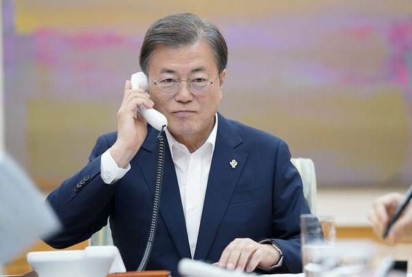 문재인 대통령이 1일 청와대 집무실에서 도널드 트럼프 미국 대통령과 전화 통화를 하고 있다. ⓒ청와대