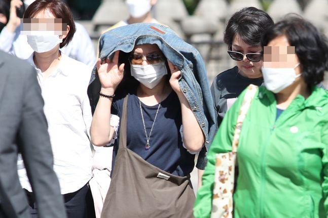 서울 종로구 광화문광장에 시민들이 마스크를 쓴 채 발걸음을 옮기고 있다.ⓒ데일리안 류영주 기자
