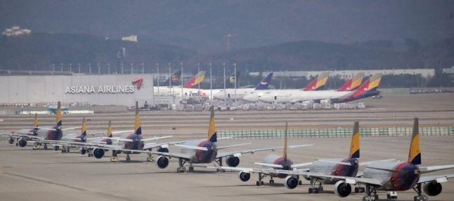 지난달 9일 인천국제공항 주기장에 늘어선 아시아나항공 여객기.(자료사진)ⓒ연합뉴스