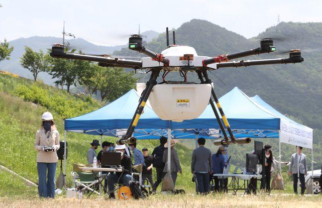 방제 드론이 무인비행장치 교통관리 시스템으로부터 이륙 허가를 받아 미션을 수행하기 위해 목적지로 이동하고 있다.ⓒKT