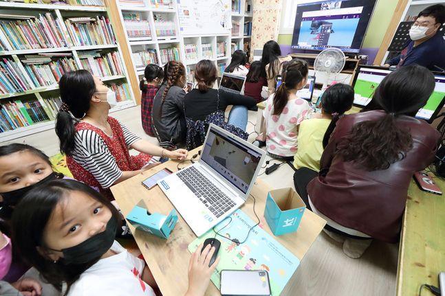 서대전 지역아동센터 아이들이 지난달 19일 KT 화상 회의 시스템을 통해 'VR 콘텐츠 제작하기' 체험형 수업에 참여하고 있다.ⓒKT