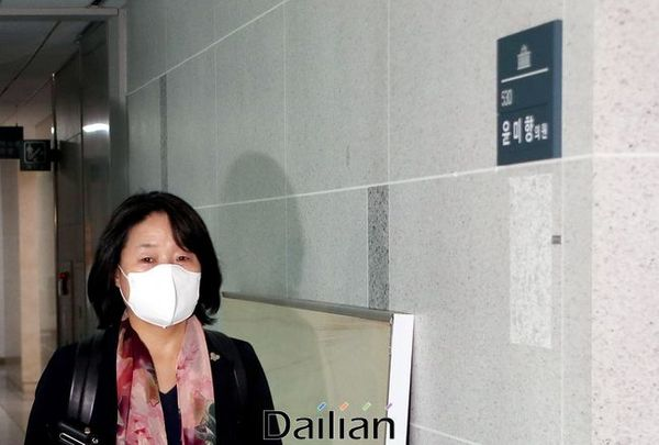 윤미향 더불어민주당 의원이 4일 오전 국회 의원회관 의원실로 출근을 하고 있다. ⓒ데일리안 박항구 기자