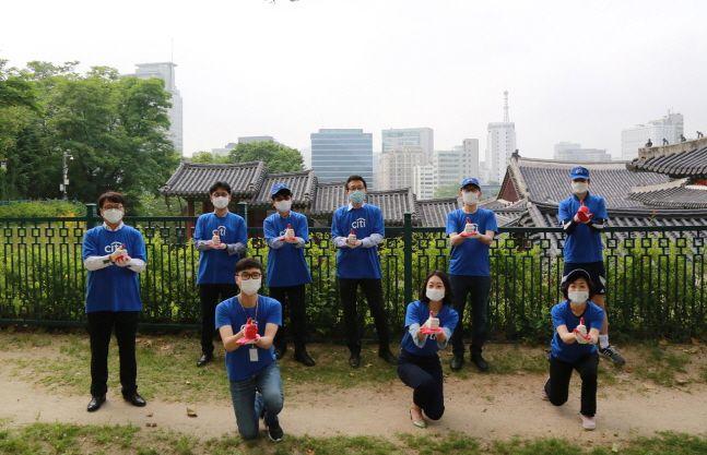 박진회(뒷줄 오른쪽에서 두 번째) 행장 등 한국씨티은행 임직원들이 5일 환경의 날을 맞아