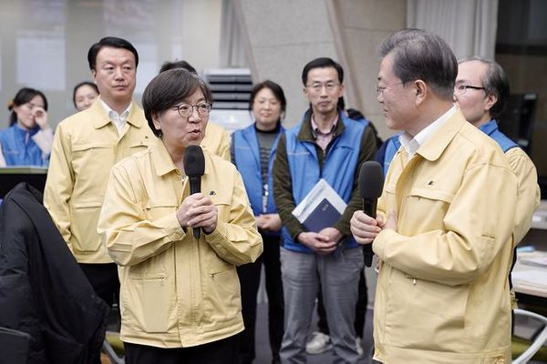 문재인 대통령이 3월 11일 오후 충북 오송에 위치한 질병관리본부를 찾아 정은경 본부장 등 직원들과 대화하고 있다. ⓒ청와대