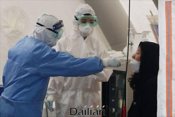 서울의 한 선별진료소에서 코로나19 관련 의심환자에 대한 진단검사가 시행되고 있다(자료사진). ⓒ데일리안 홍금표 기자