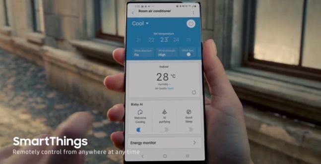 삼성전자 글로벌 유튜브 채널에 업로드된 2020년형 무풍에어컨 광고 영상에 등장한 스마트폰. 화면에 전면 카메라가 사라진 모습을 확인할 수 있다. 삼성전자 유튜브 캡처