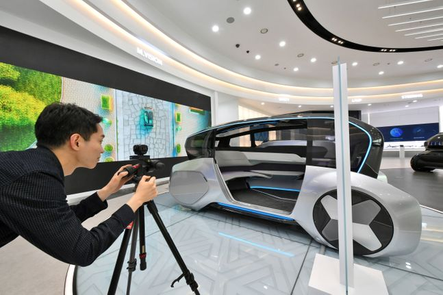 현대모비스 직원이 기술연구소 내 기술 홍보관에서 해외수주 마케팅 활동에 활용할 주요 제품 VR 콘텐츠를 제작하고 있다. ⓒ현대모비스