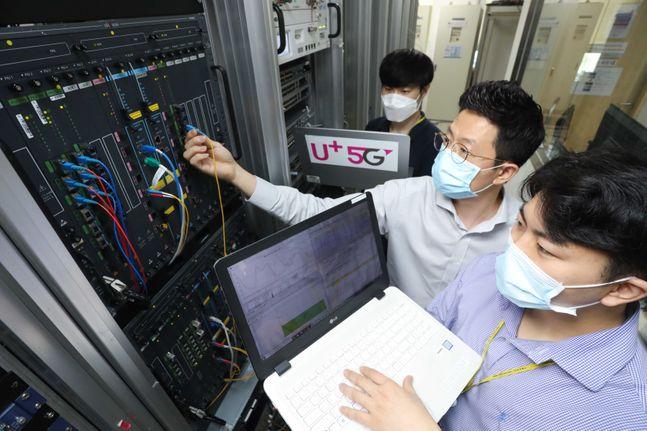 LG유플러스는 국산 장비 협력사인 유비쿼스, 다산네트웍솔루션즈와 홈서비스 장비 단가계약 규모를 기존 1551억원에서 2710억원으로 확대했다고 7일 밝혔다. 사진은 유비쿼스 관계자가 LG유플러스에 공급하는 10기가 인터넷 장비를 점검하고 있는 모습.ⓒLG유플러스